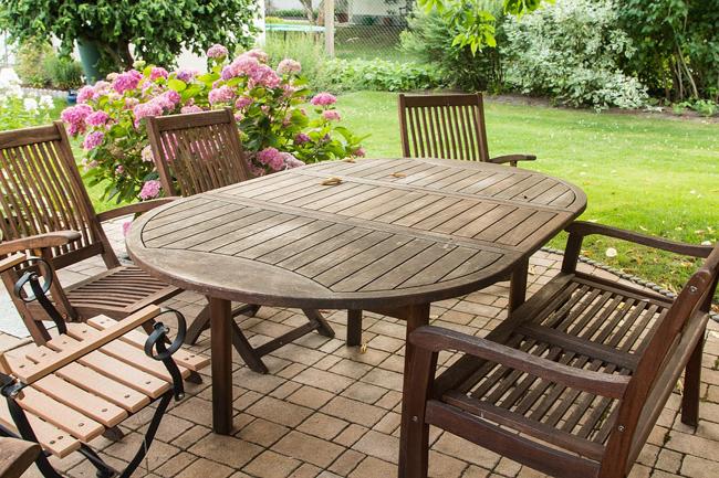 3 trucs pour rénover son salon de jardin en bois à la sortie de l\'hiver