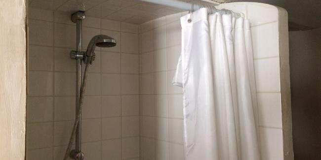 Comment poser un rideau de douche - Comment installer un rideau de douche ...